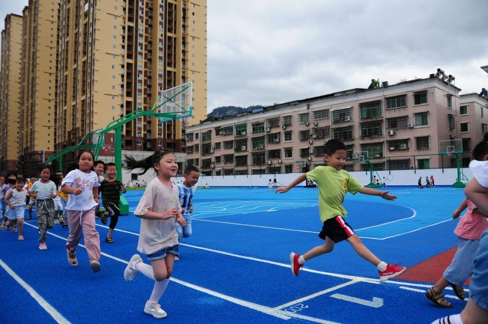 9月7日,贵州石阡县第二小学学生在楼顶操场开展体育锻炼。新华社记者胡星摄