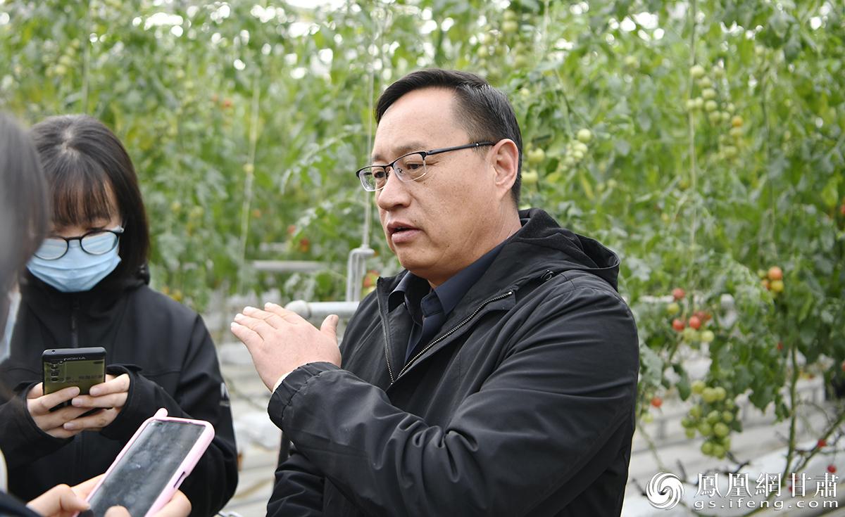酒泉市肃州区农业农村局二级主任科员任红彦(右)介绍中以绿色生态产业园建设情况 李果繁 摄