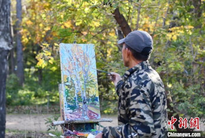秋色如画,吸引大批绘画爱好者前来写生。 张瑶 摄