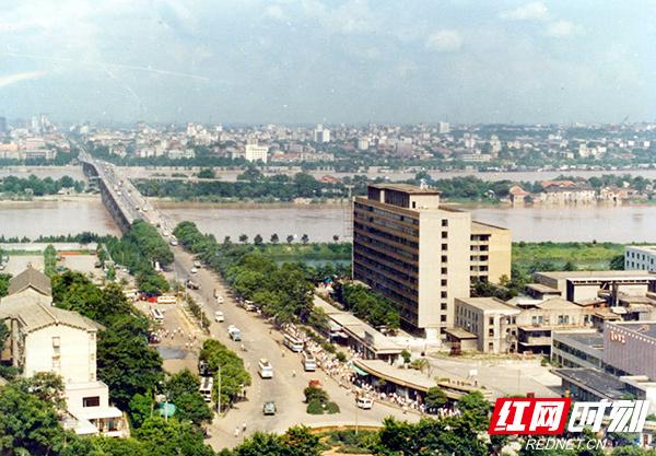 1-2-长沙-80年代湘江大桥.jpg