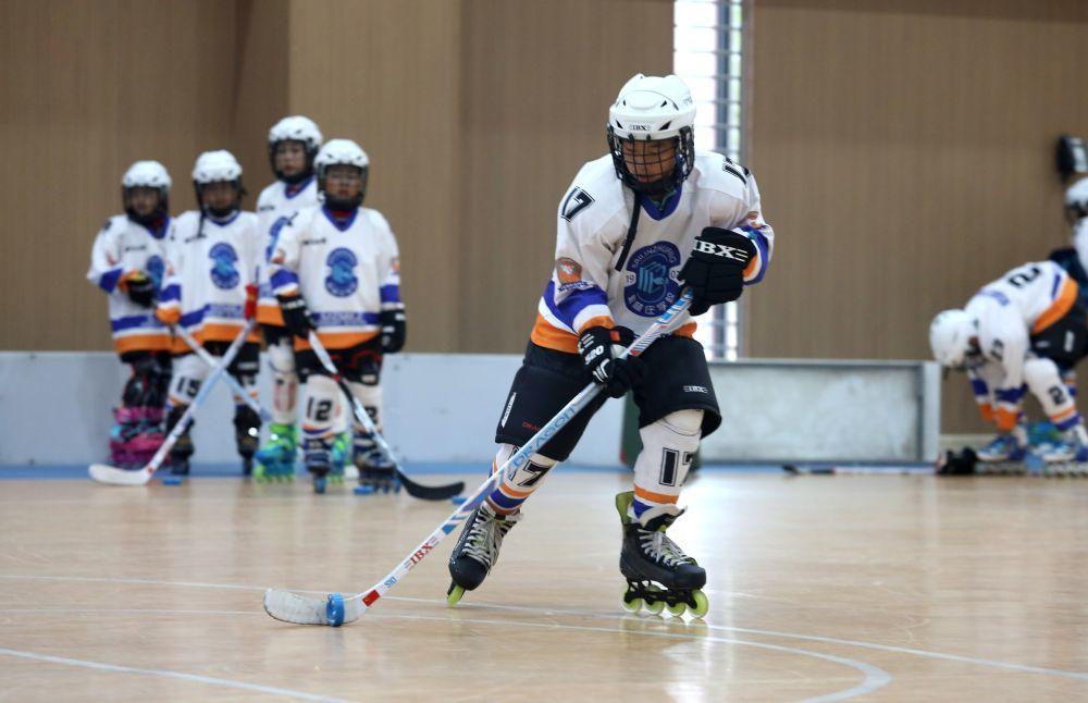 9月29日,在石家庄市柏林庄学校,学生在进行轮滑球训练。新华社发(梁子栋摄)