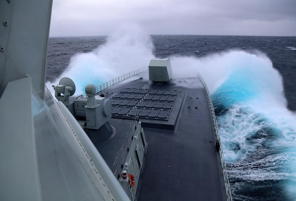 """参加中俄""""海上联合-2021""""演习的中国海军南昌舰在日本海劈波斩浪。"""