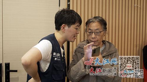 宋美怡(左)教老人反诈常识。