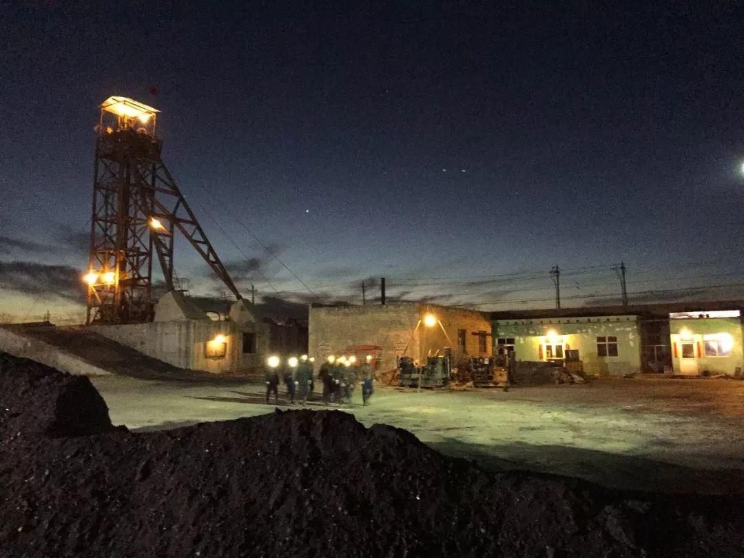 夜幕下的煤矿和矿工。/ 电影《山河故人》