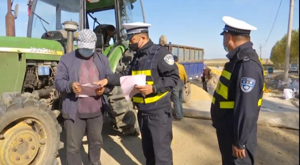 执法人员进行农用车安全驾驶普法宣传