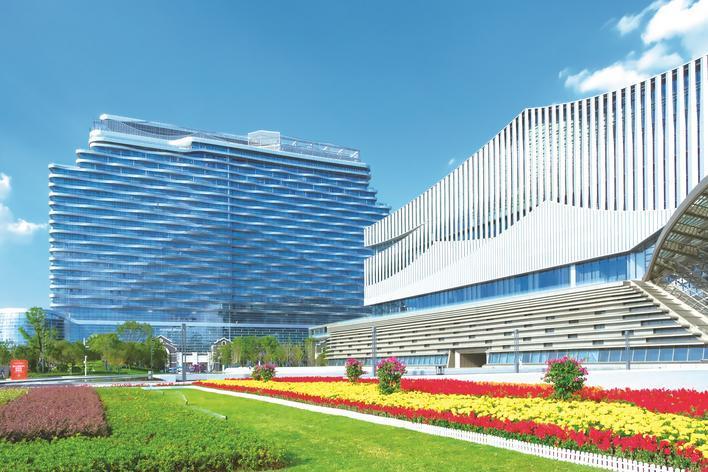 长沙县抓好城市品质提升规划建设管控,致力打造居安业乐、城美人兴的现代化品质之城。图为被鲜花装饰一新的长沙国际会议中心。章帝 摄