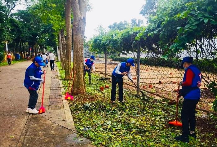 龙华区青年突击队志愿者清扫落叶。(龙华区供图)