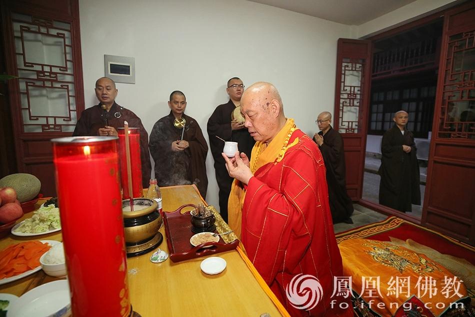 道慈大和尚主持洒净仪式(图片来源:凤凰网佛教 摄影:普陀山佛教协会)