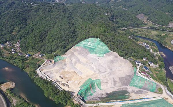 长阳县花香水岸项目挖山采石航拍图 澎湃新闻 资料图
