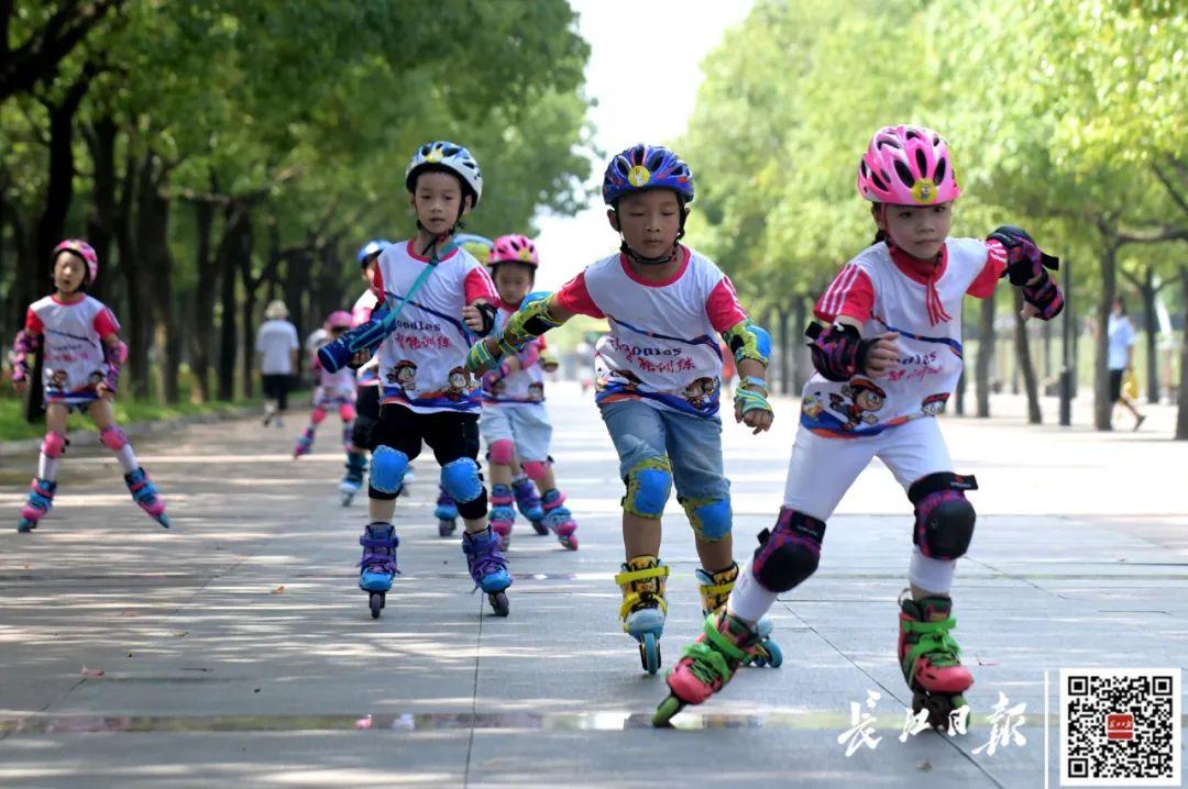 8月23日,市民来汉口江滩晨练、游玩。记者刘斌 摄