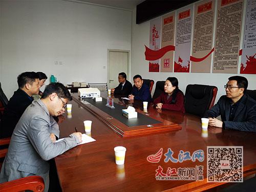 彭勃与余江区党员干部职工深入交流。